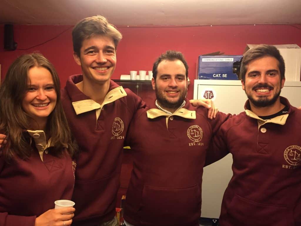 Quatre administrateurs qui portent fièrement le nouveau pull !